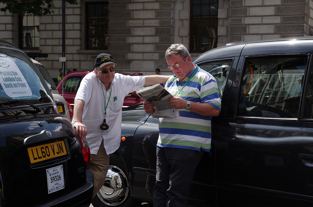 taxis à londres protestant contre Uber