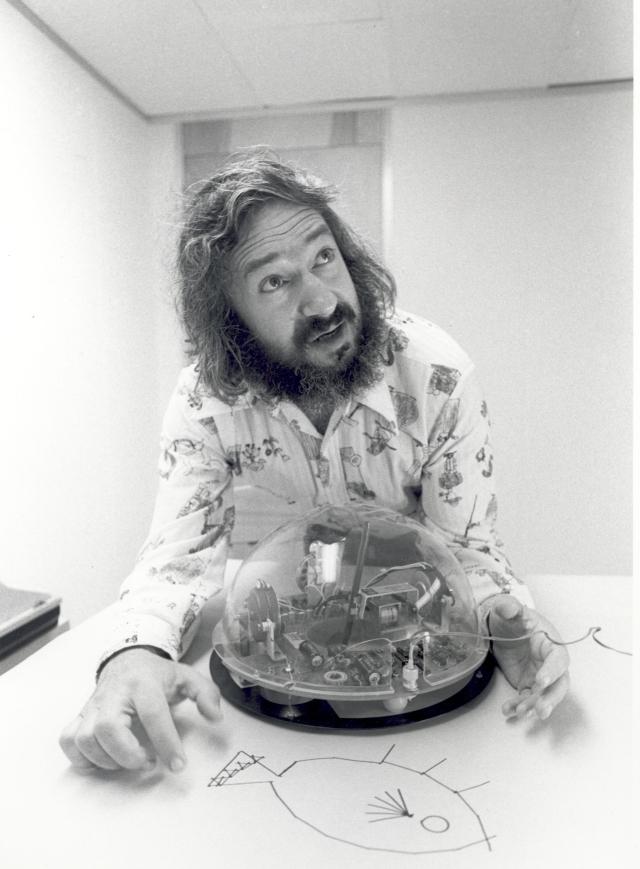 Seymour Papert avec un 'tortue'